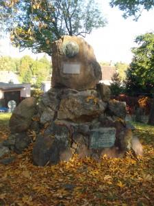 Pomník Mikoláše Alše na místě, kde byly původně hromadné hroby padlých v bitvě se Švédy z roku 1648. Foto František Cinger